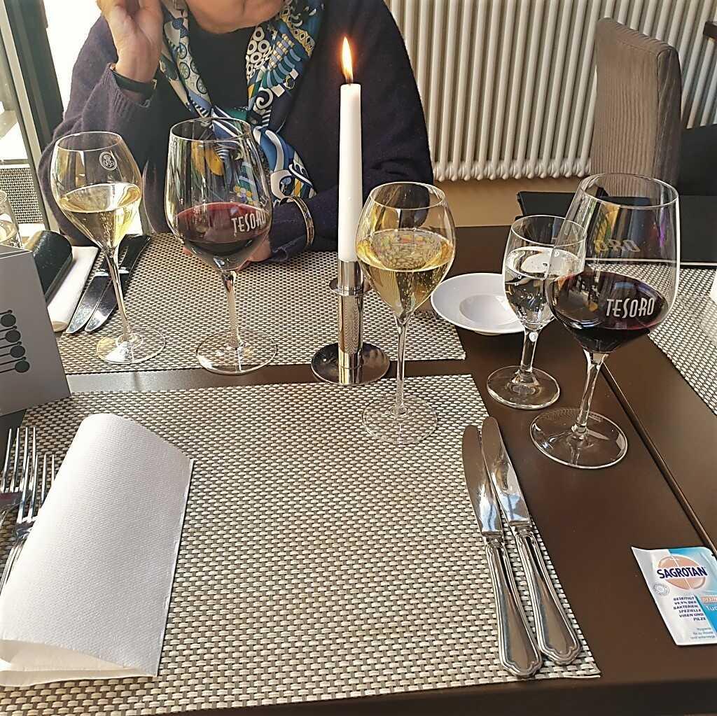 Der ungewohnt schlichte Tisch
