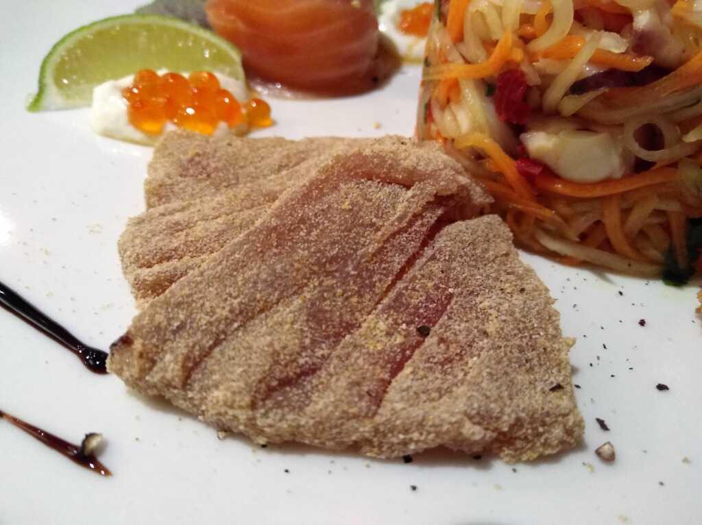 Roher Thunfisch in Weißpuder vom Klebereis paniert