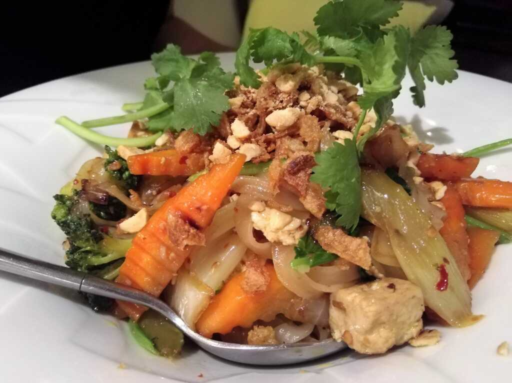 Gebratene Reisbandnudeln mit Tofu und Wokgemüse