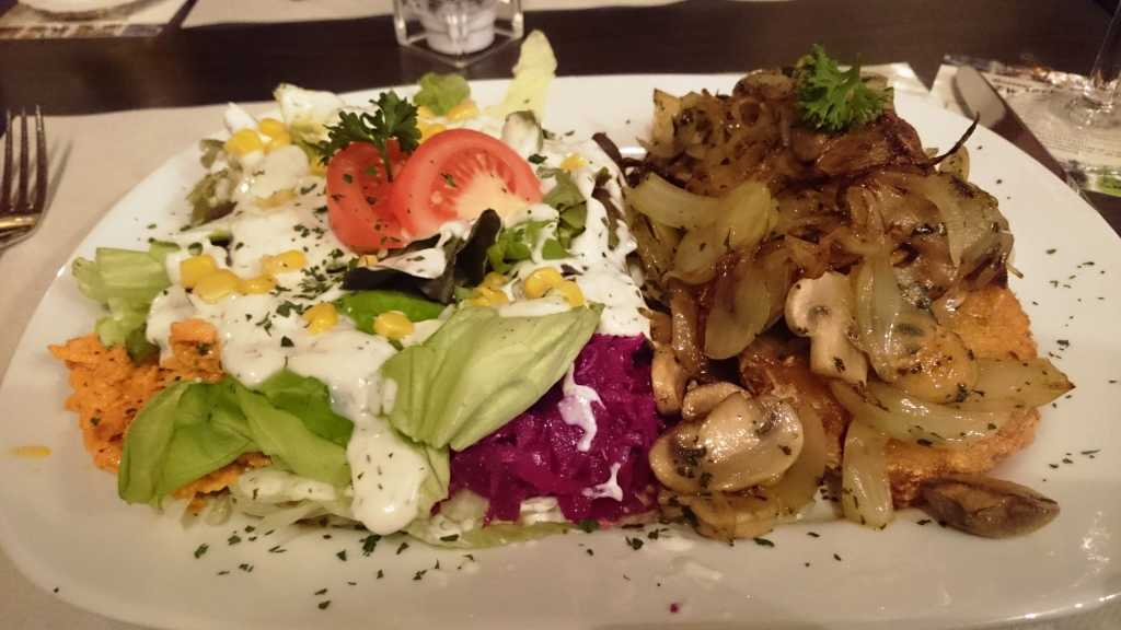 Kartoffelrösti mit Zwiebeln und Champignons und Salat