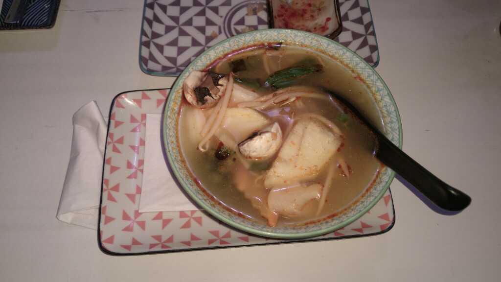 Soup Canh Ch Ua - Süß-Saure scharfeGarnelensuppe mit Curryblättern 6,90 €