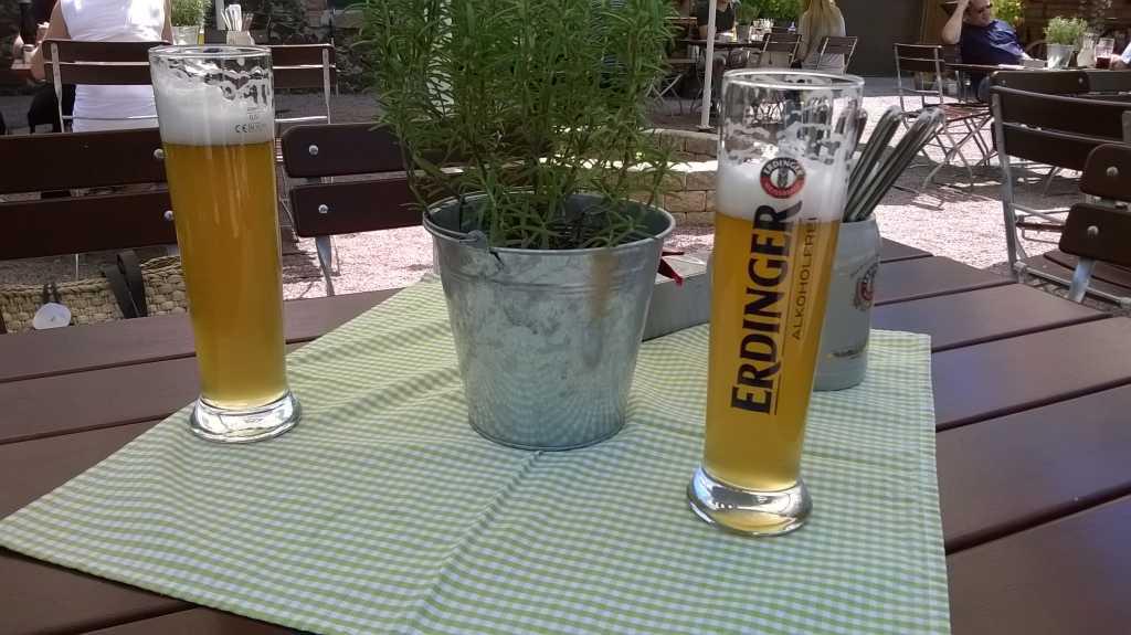 Unser Tisch im Gastgarten vor dem Restaurant