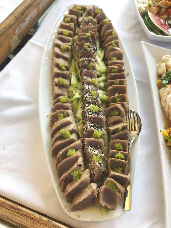 Sashimi vom Thunfisch mit Gurken-Sesam-Salat