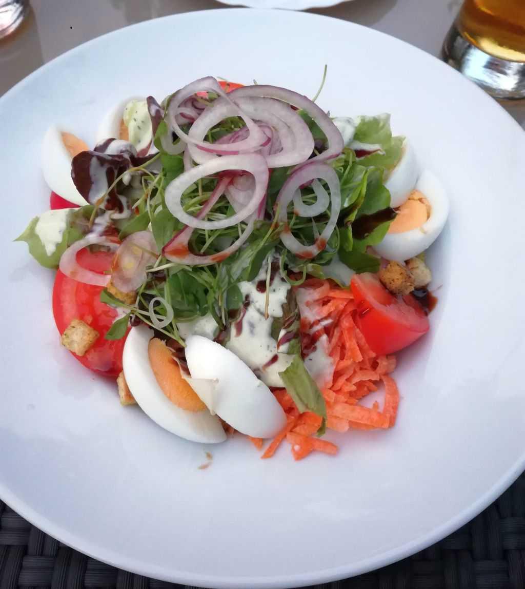 Großer gemischter Salat mit Ei