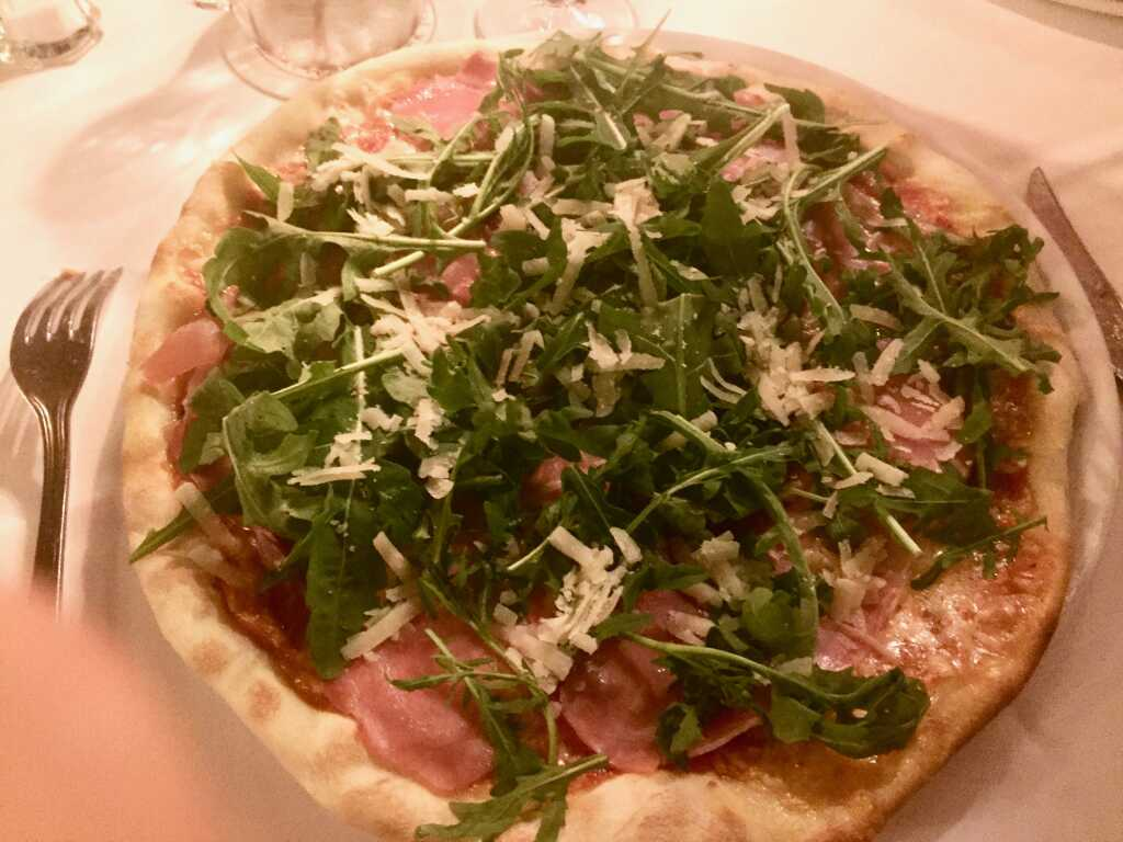 Pizza Parma, Parmaschinken, Parmesanspäne, frische Tomaten, Mozzarella, Rucola