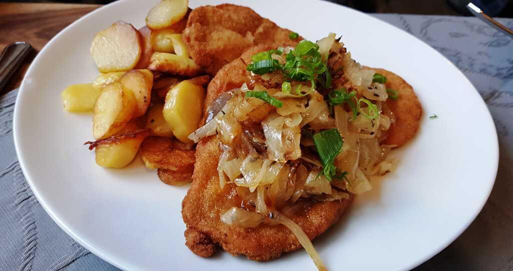 Zwiebelschnitzel mit Bratkartoffeln