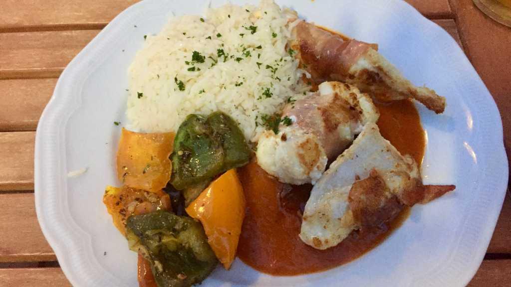 Steinbeißerfilet im Serranoschinkenmantel auf Paprikarahmsauce mit provencalischem Gemüse und Bamati-Reis
