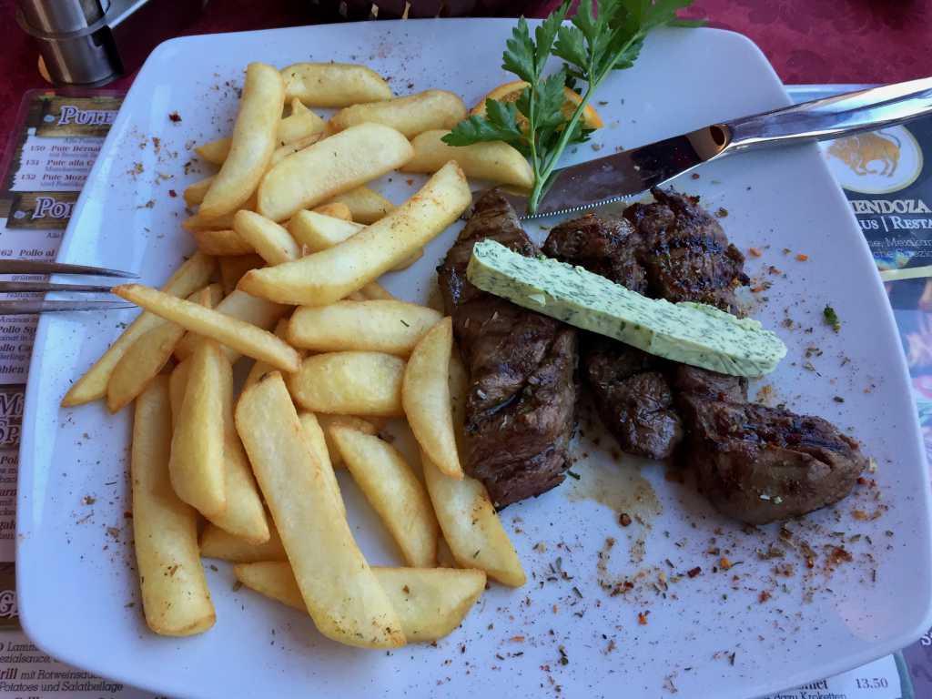 Lammfilet mit Kräuterbutter, Steakhouse Pommes und Salatbeilage
