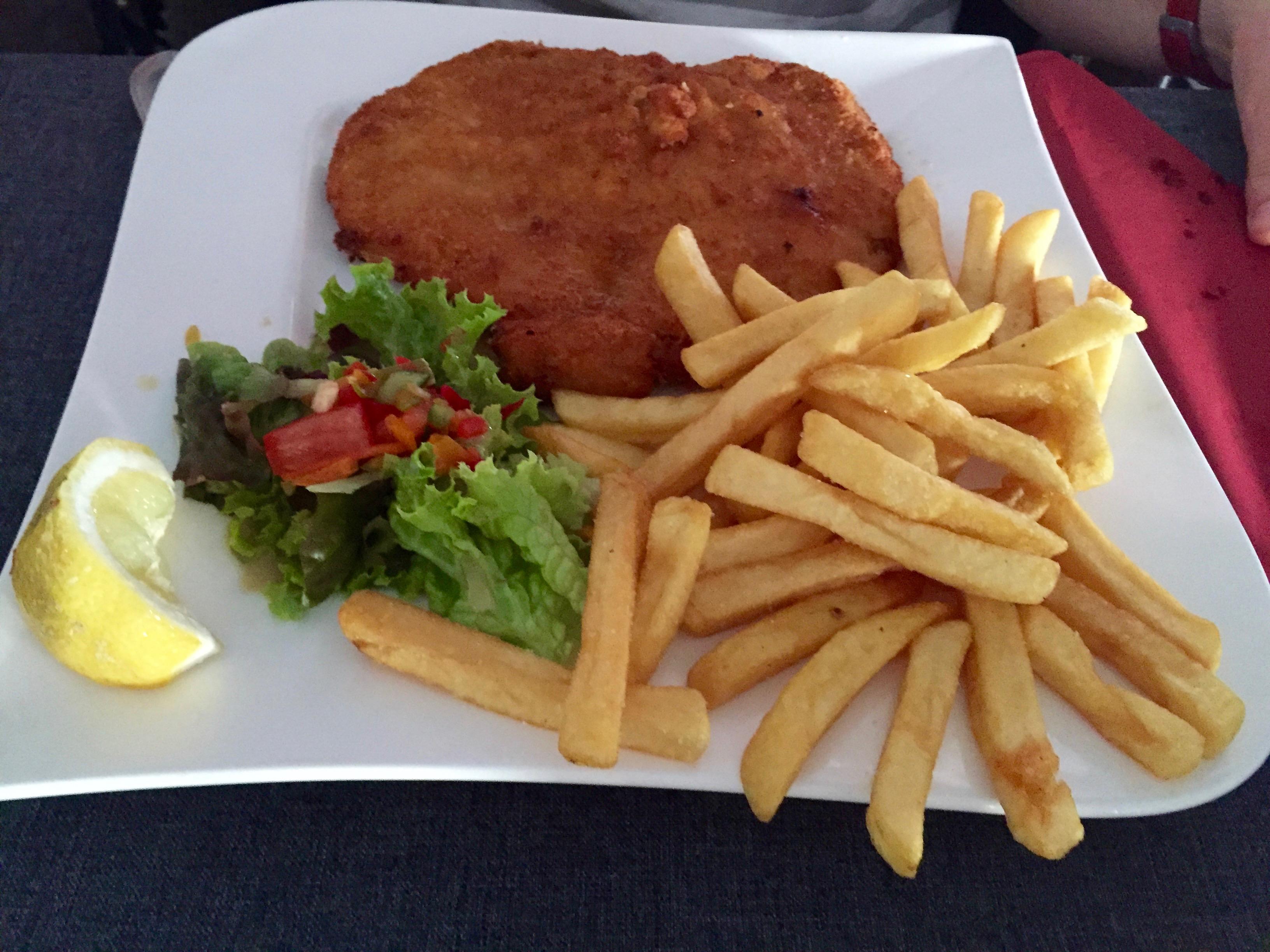 """Schnitzel """"Wiener Art"""", Zitrone, Salatgarnitur und Pommes frites"""