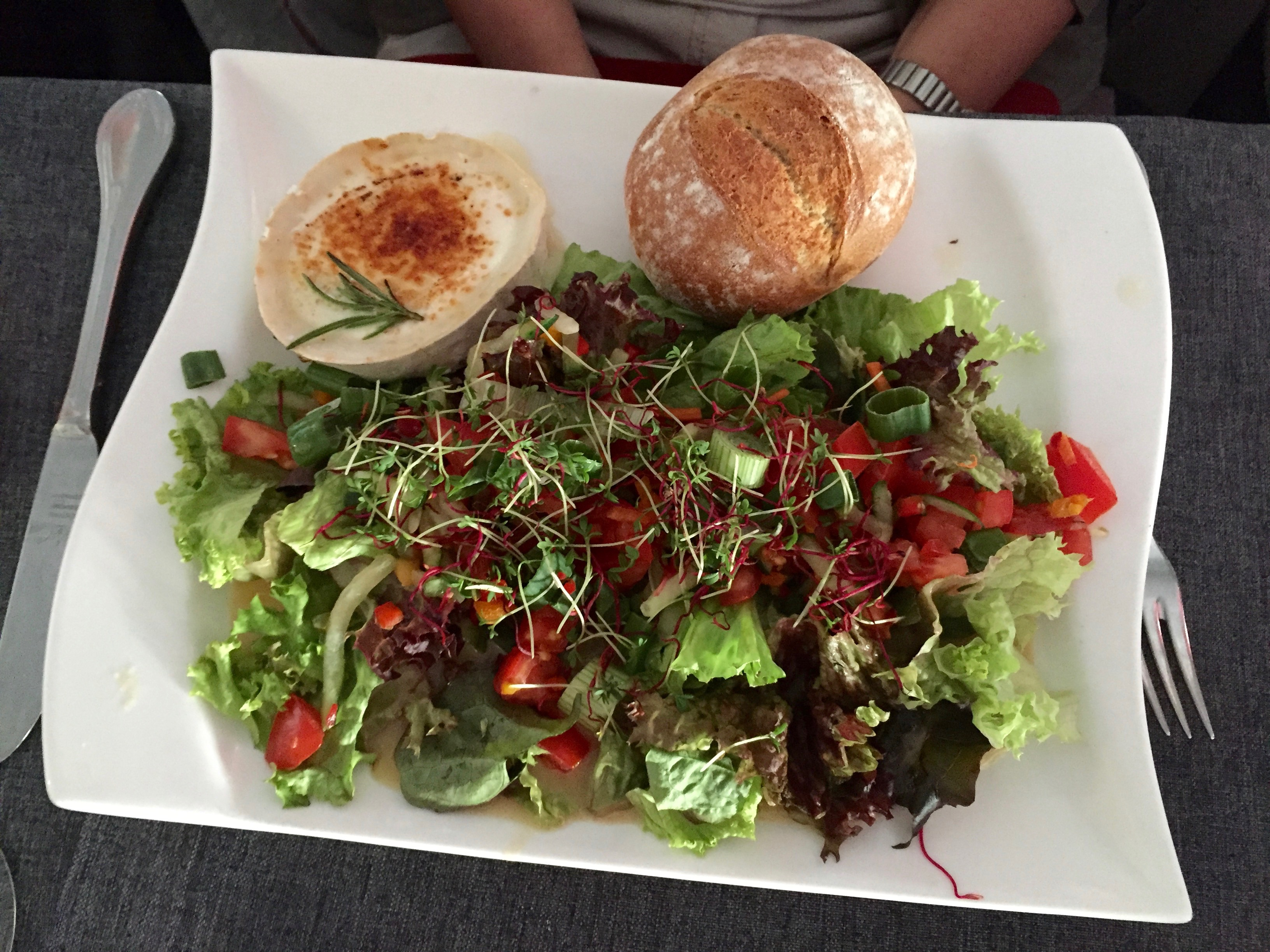 gebackener Ziegenkäse, Blattsalate,Rohkost, Weintrauben und Brot