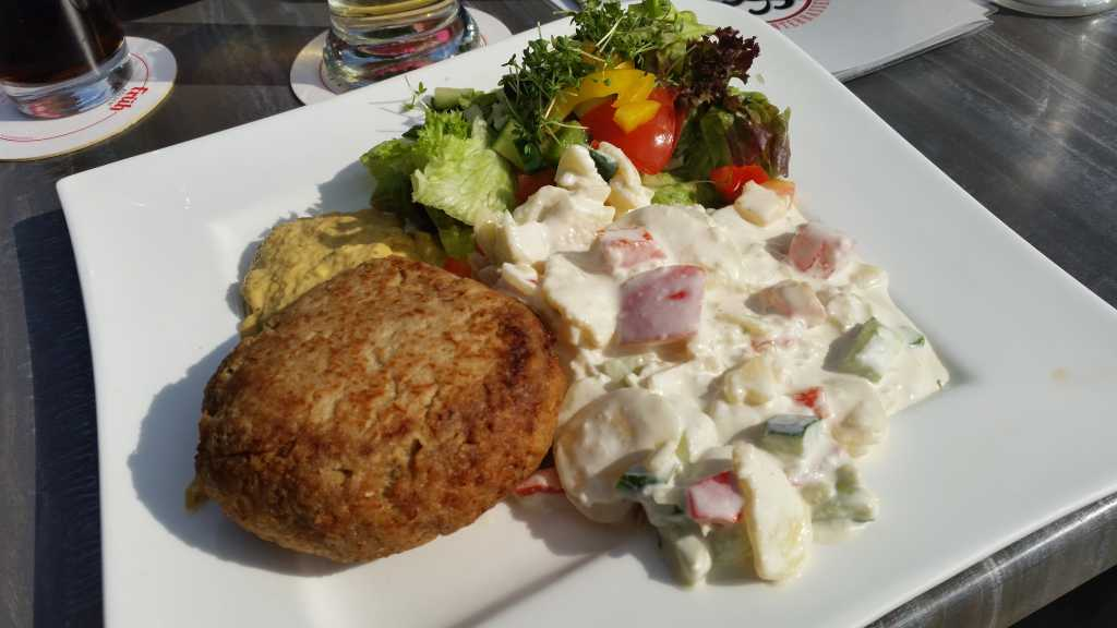 Frikadelle mit Joghurt Kartoffelsalat