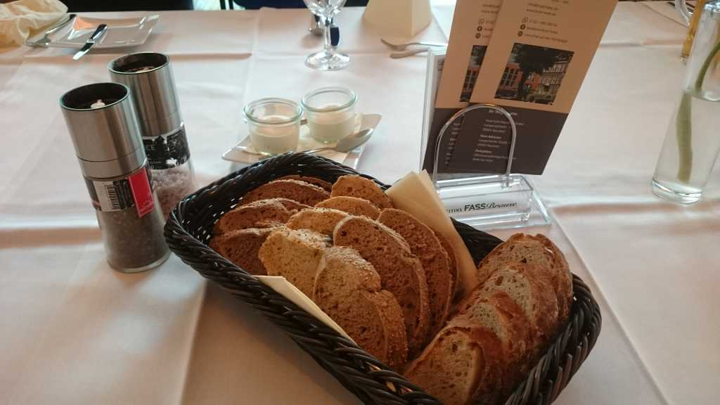Brotauswahl und Frischkäse