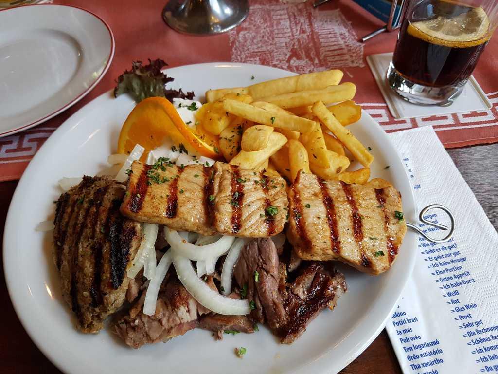 Kreta Teller (Gyros, Souflaki, gefüllte Souzouki, Steak, Tzatziki, Pommes Frites und Salat)