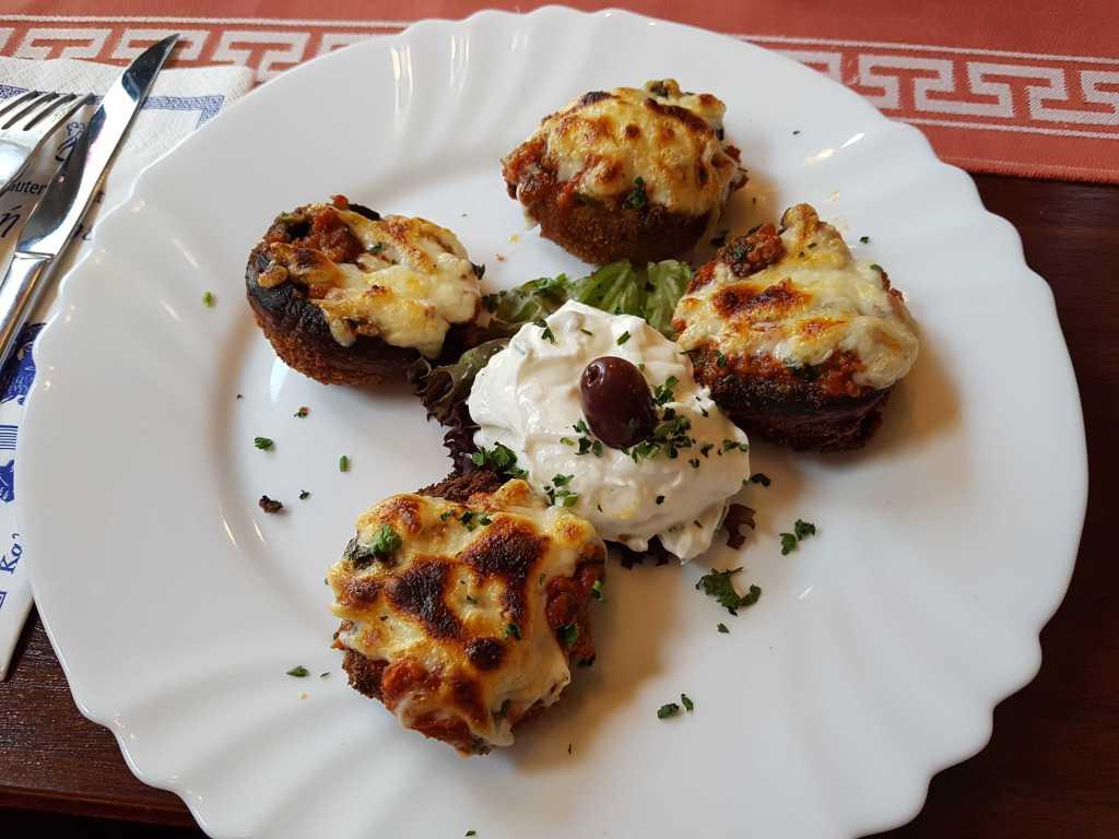 Championköpfe (gefüllt mit Spinat, Feta, Hackfleisch und mit Käse überbacken) für 6,50 €