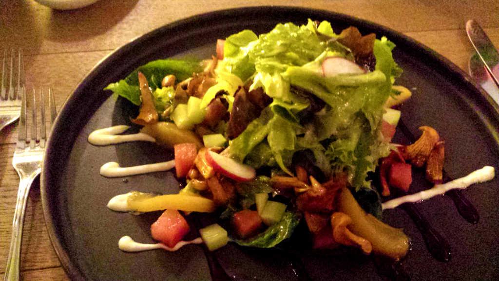 Sommersalat mit Balsamico-Honigdressing, Wassermelone, Pfirsich und Gurkenstreifen mit gebratenen Pfifferlingen