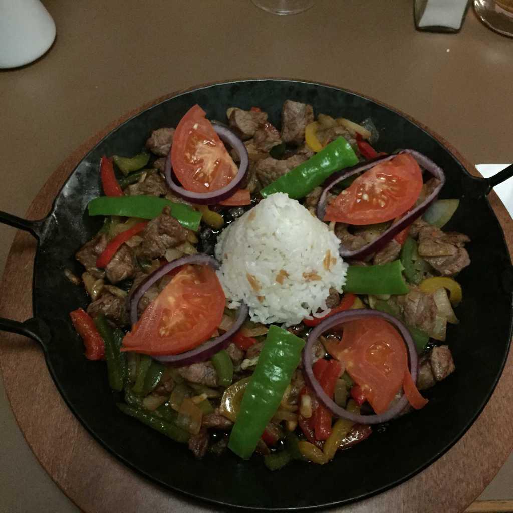 Sac Kavurma-eine Lammfleischpfanne mit gewürfelte Lammfleischstückchen mit Peperoni und Tomaten für 15,00 €