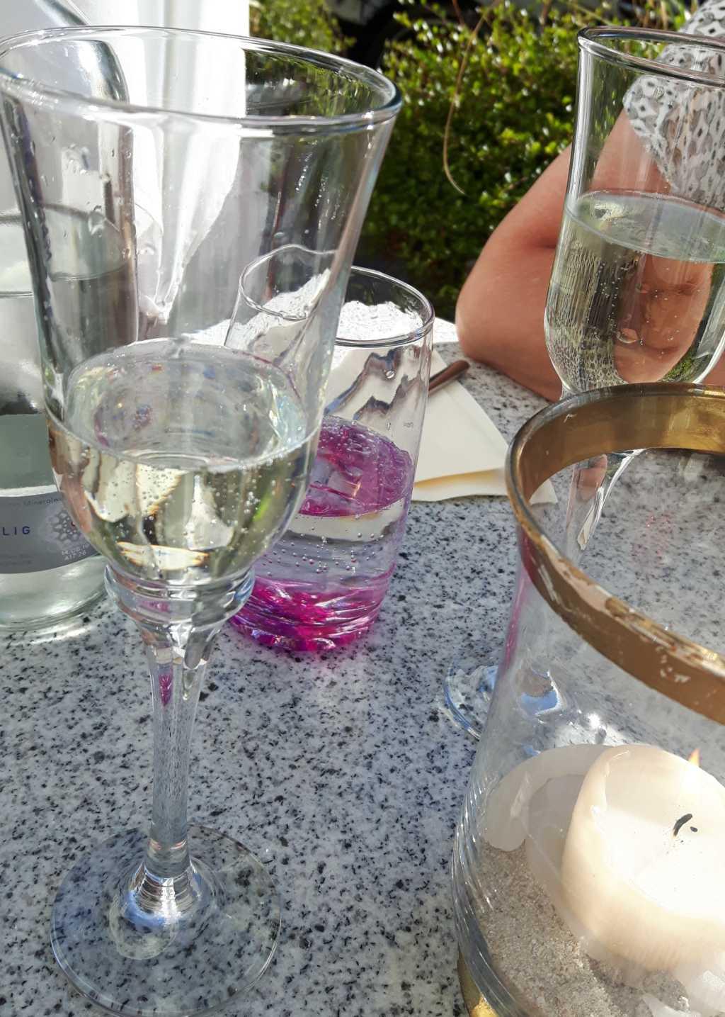 Tisch mit Kerze und Sekt