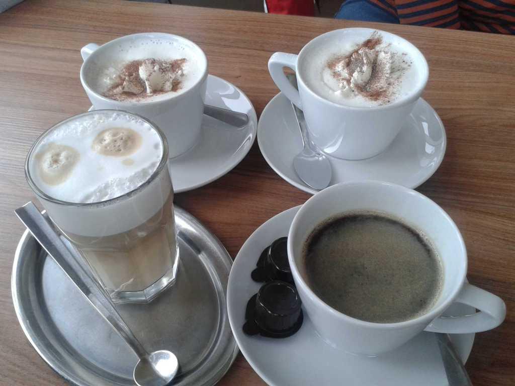 Kaffee, Latte Macciato und weiße Schokolade