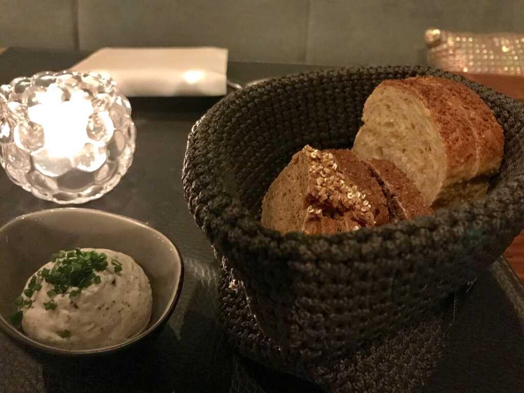 vorab dreierlei frisches Brot mit Dip