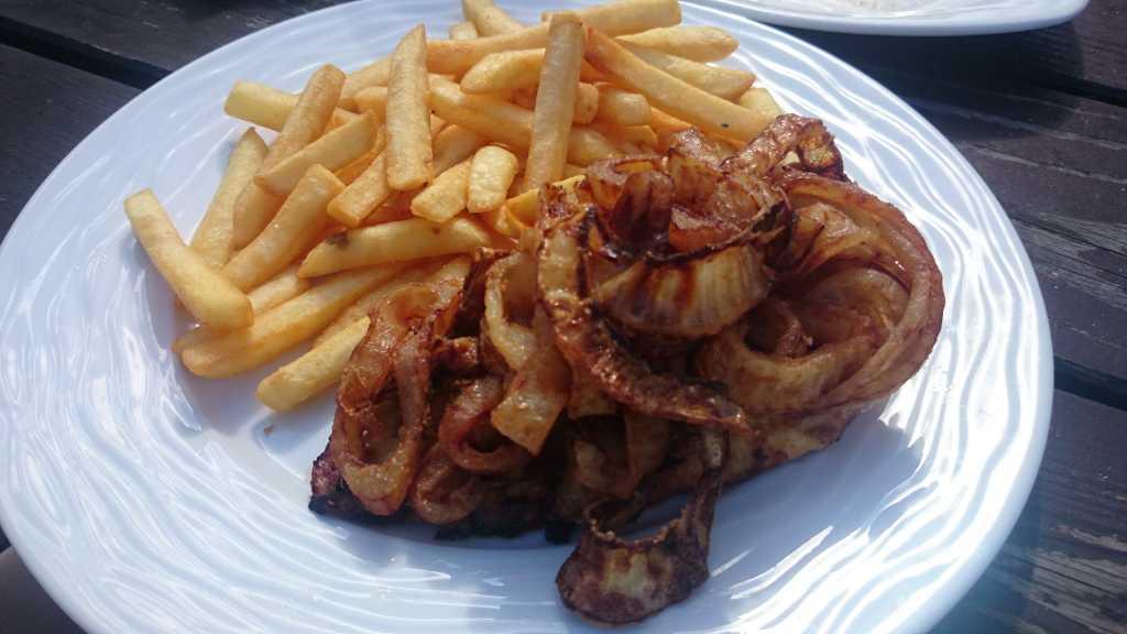Hähnchen-Steak vom Grill mit Röstzwiebeln