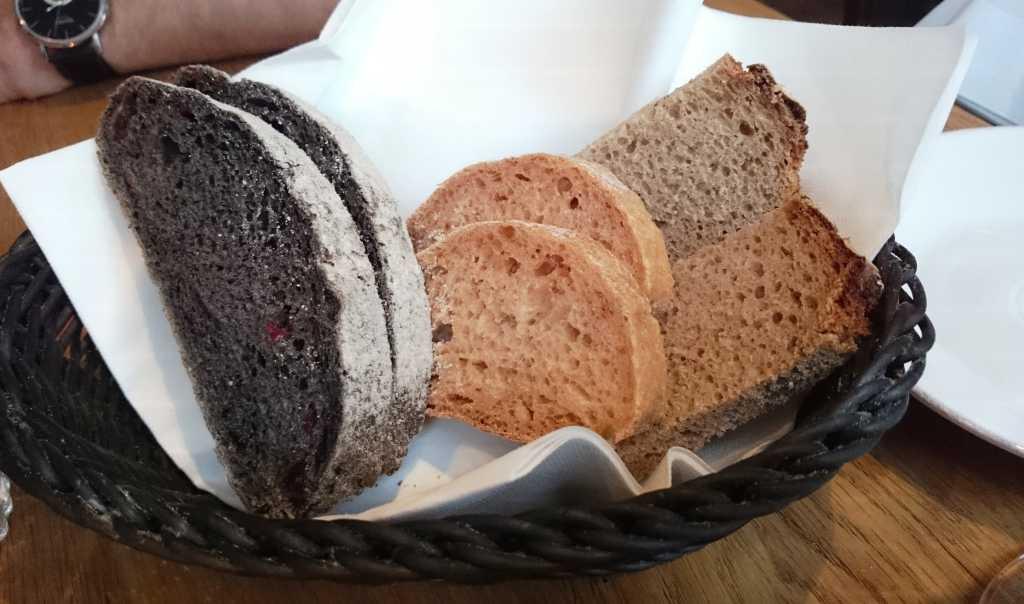 Frisches Brot, ganz links das Sepiabrot.