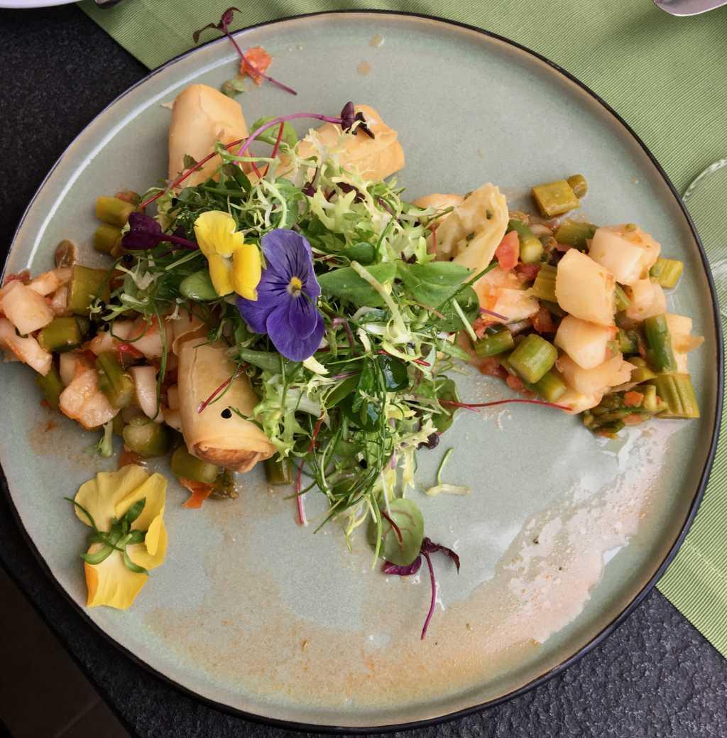 Mediterraner Spargelsalat mit Spargelröllchen und Kräutersalat