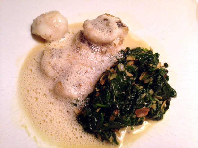 Seeteufelbäckchen Haselnuss—Spinat, Kartoffel-Röstzwiebelstampf,  Parmesanschaum