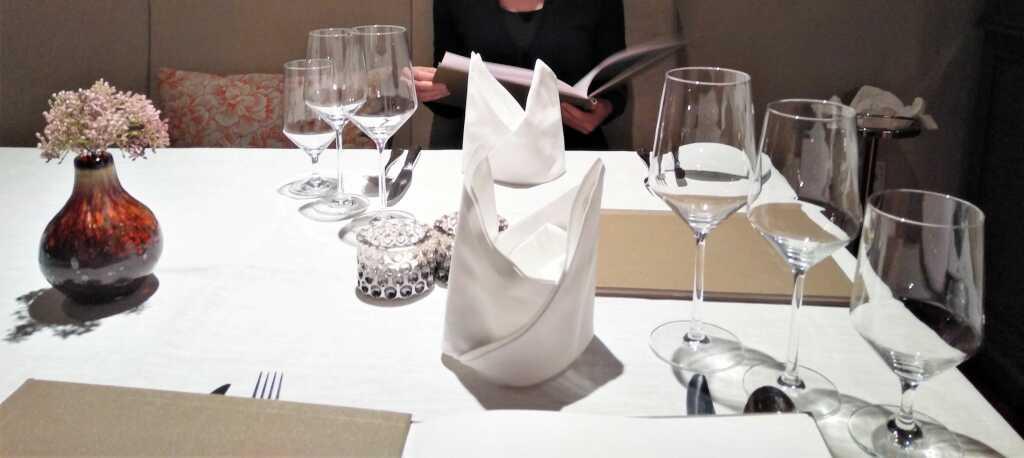 Strahlend weiße Tischkultur
