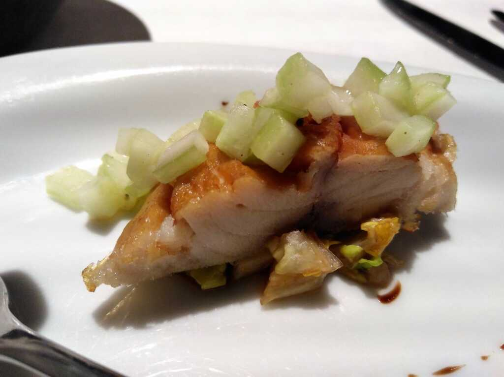 Geräucherte Makrele an Romanasalat und Gurken-Brunoise