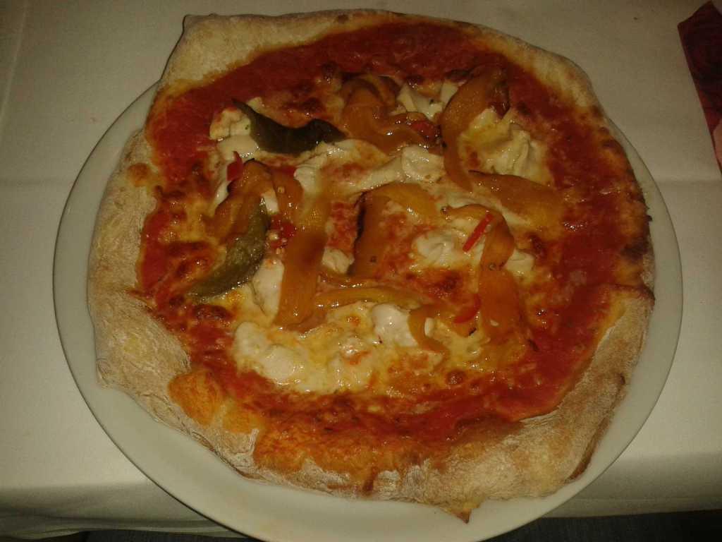 Pizza Pollo-mit Tomatensauce, Mozzarella, Pouletfleisch(Hähnchenfleisch), Peperoni, Knoblauch, Peperonicini und Oregano für 8,80 €