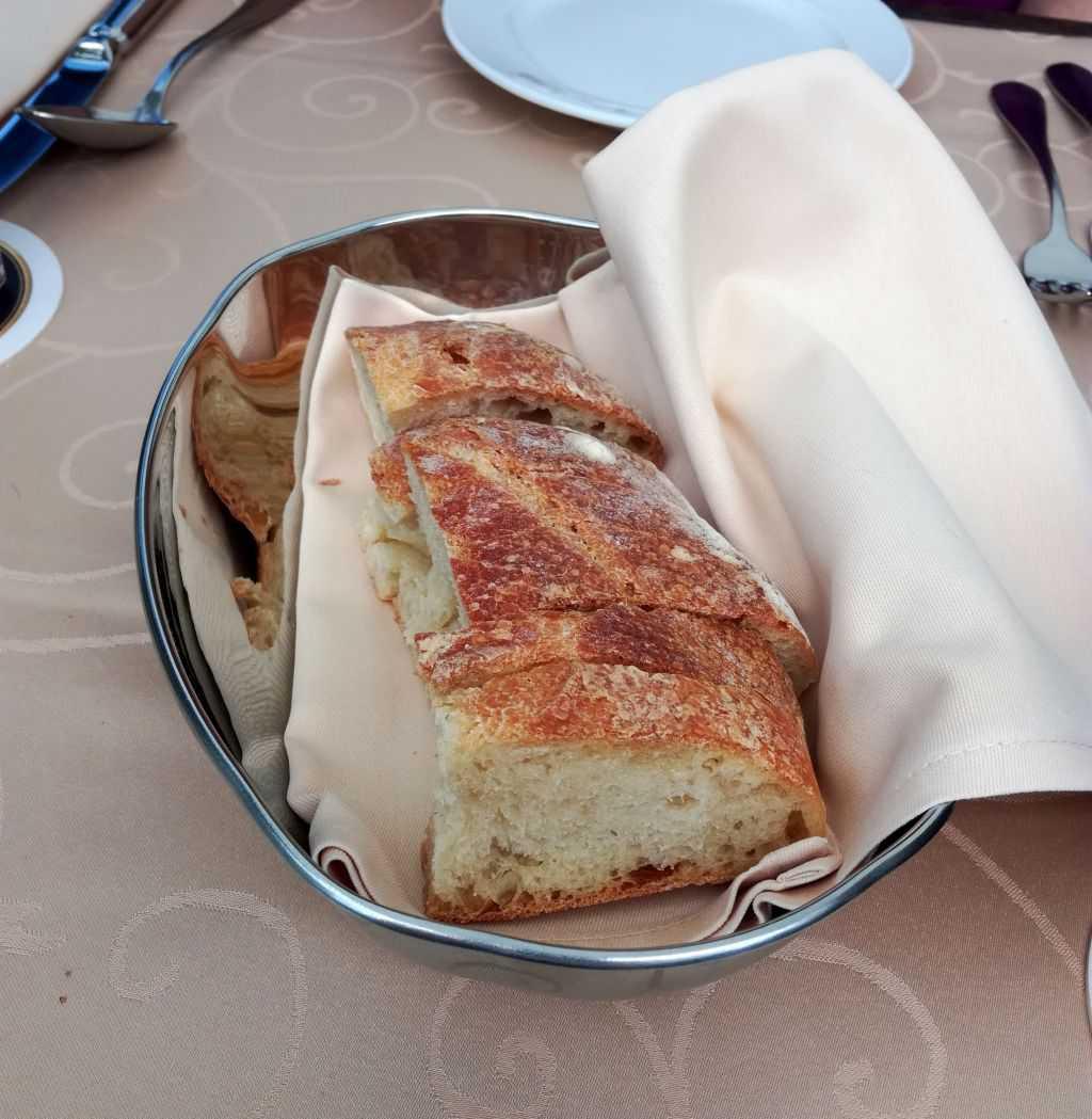 zum Salat geliefertes Brot
