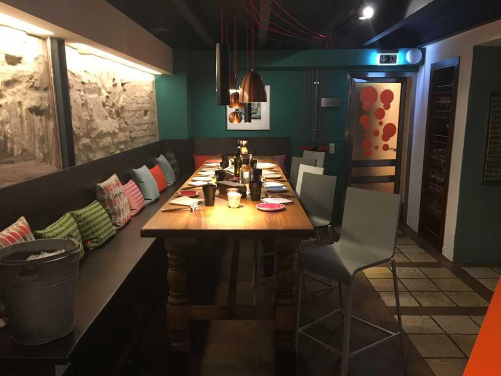 Erdgeschoss langer Tisch
