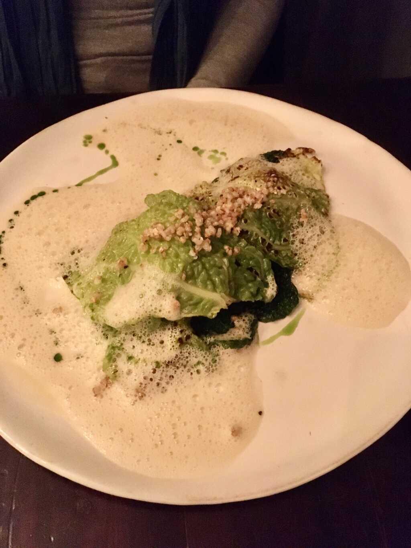 Vegetarisches Menü: Wirsingraviolo | Rote Bete | Buchweizen | Nussbutter
