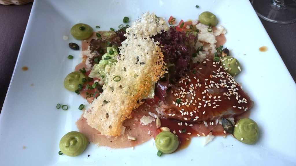 Carpaccio vom Gelbflossen Thunfisch mit Parmesan, Avocado und Limette