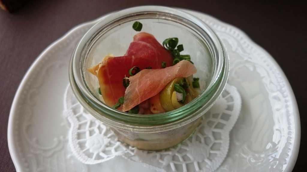 Kicherebsensalat mit Schinken und Oliven