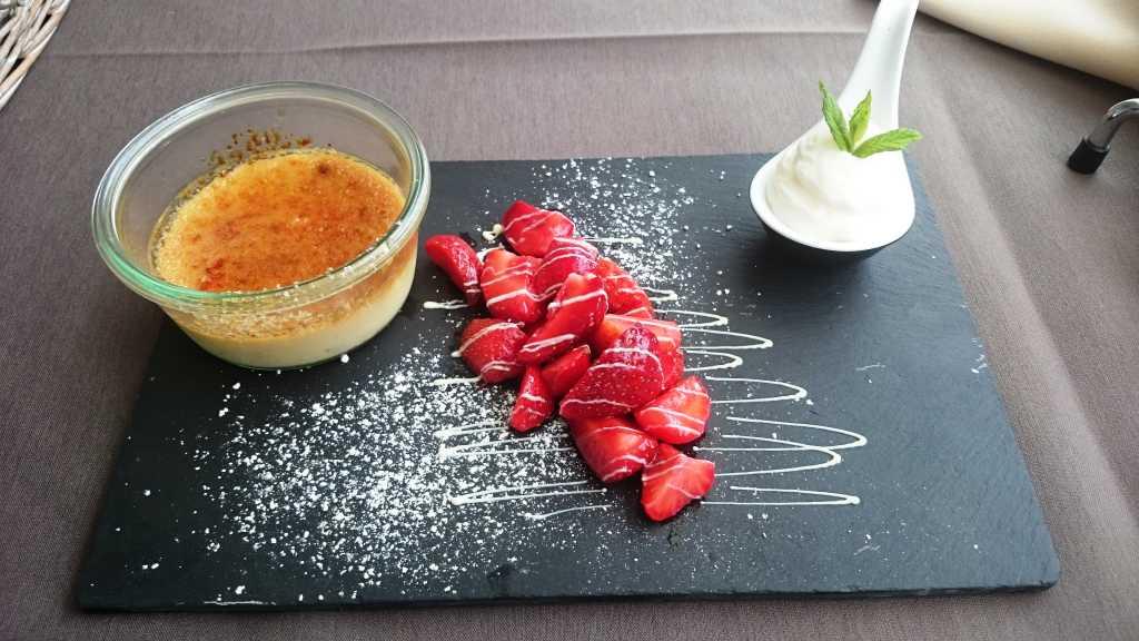 Crème brûléevon der Tonkabohne mit Erdbeer-Sorbet und Holunderblüten- Mousse