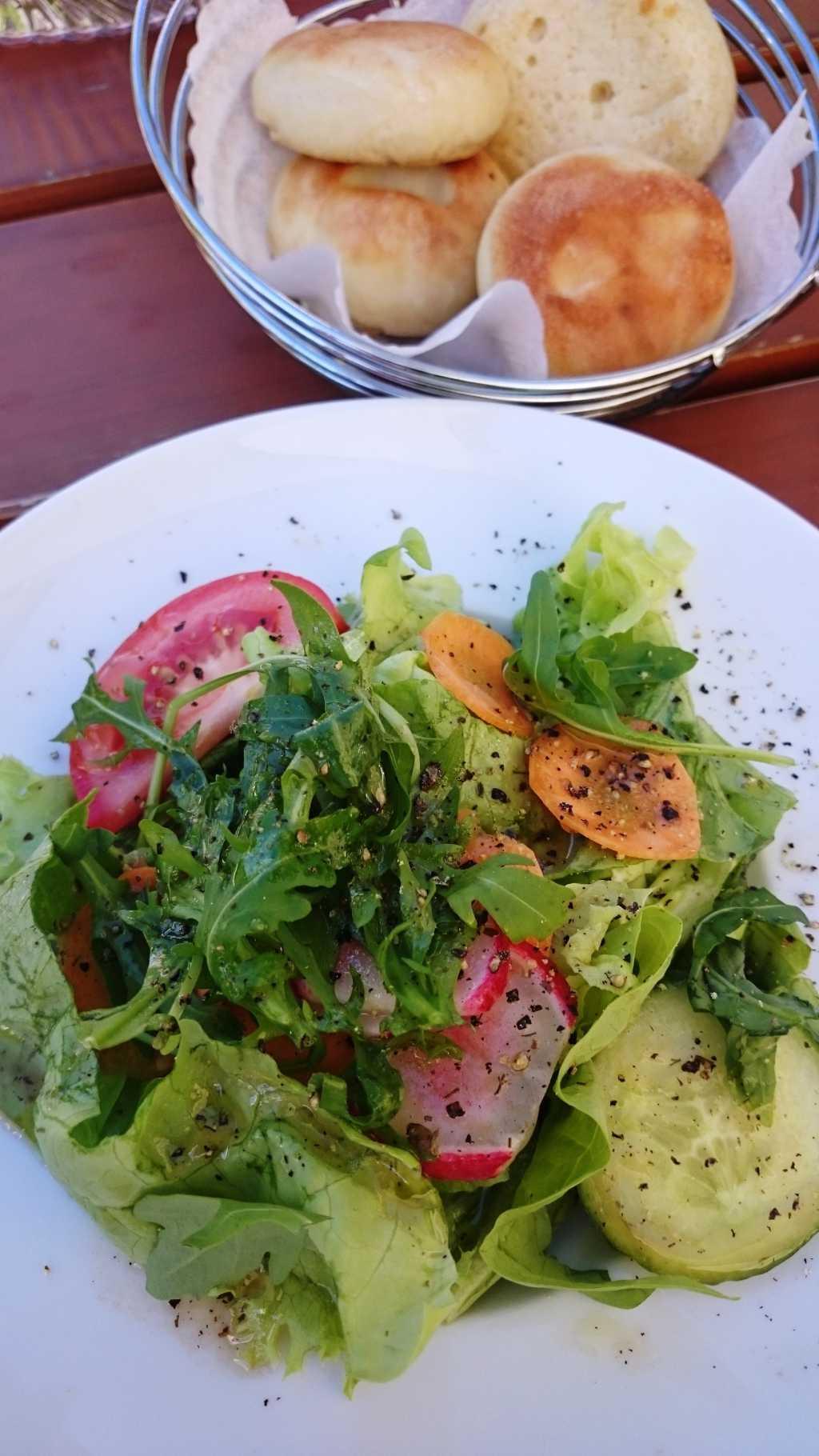 Gemischter Salat mit Pizzabrötchen