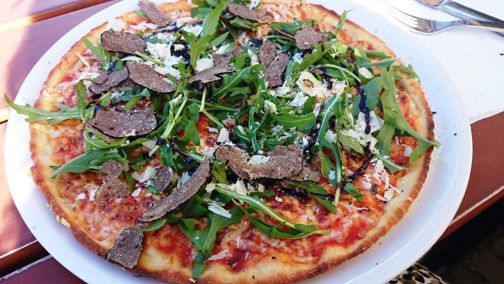 Pizza mit frischem Trüffel und Rucola