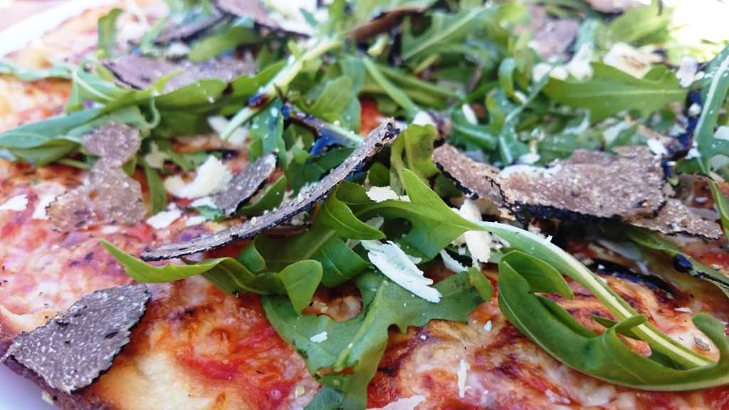 Trüffelpizza in Nahaufnahme
