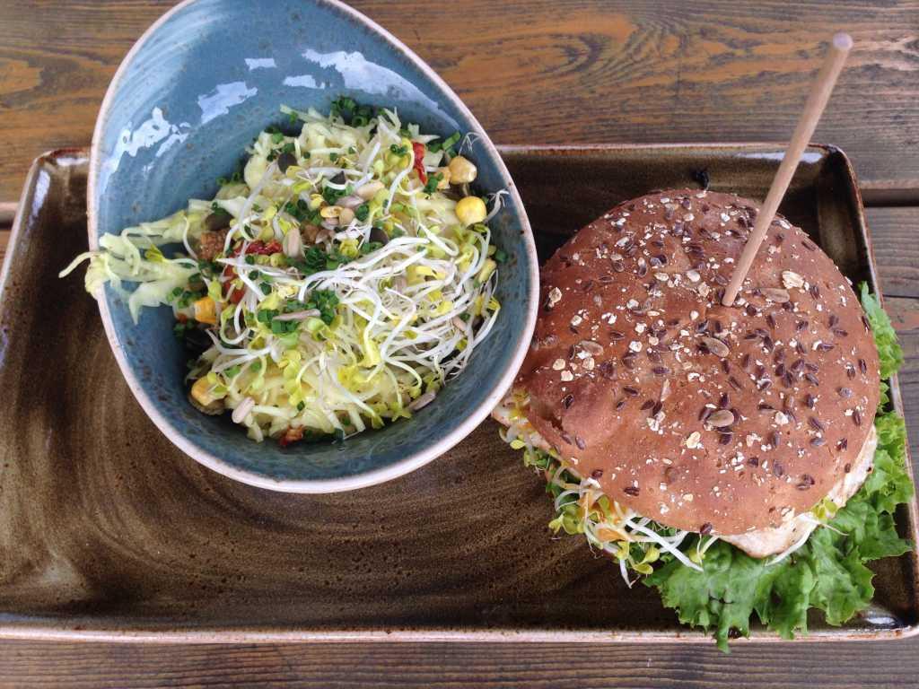 """Burger """"Henne"""" mit Krautsalat"""