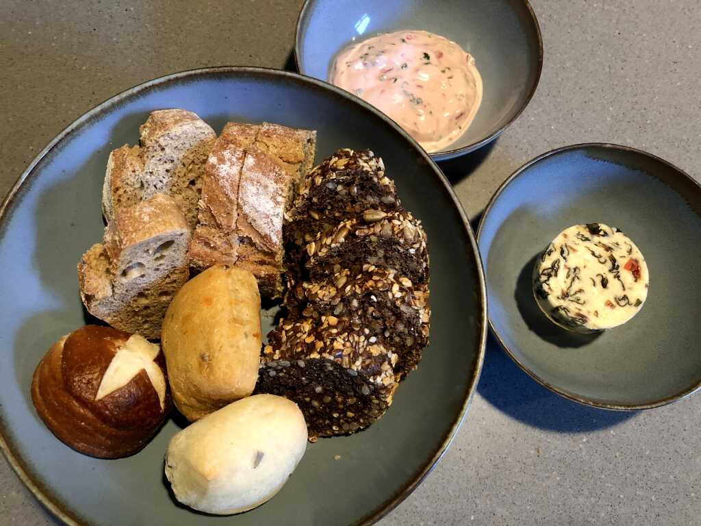 Brotauswahl- Algenbutter - Portweinschalotten-Quark