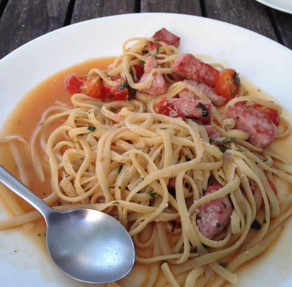 Linguini mit Cherrytomaten, Knoblauch, Peperoni  und Thunfisch