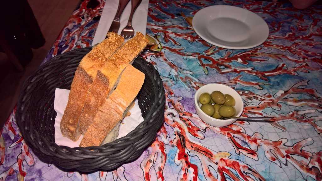 krosses Weißbrot und ein paar Oliven