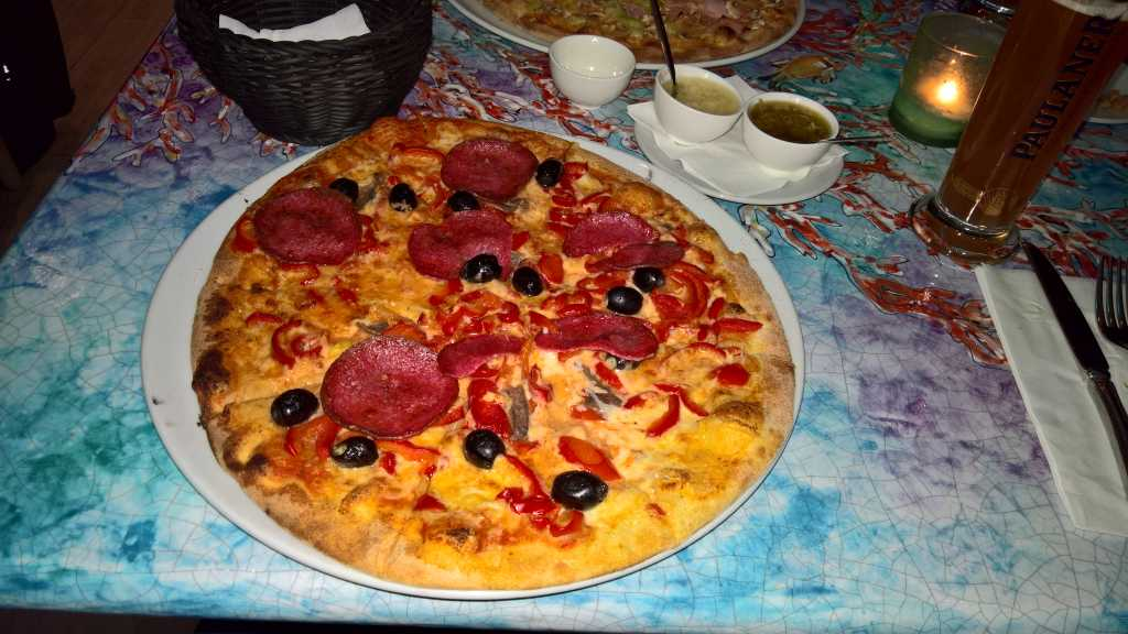 Inferno – mit Paprika, Salami und einer angekündigten sehr scharfen Sauce (8,50 €). Extra Zutaten Oliven und Sardellen.