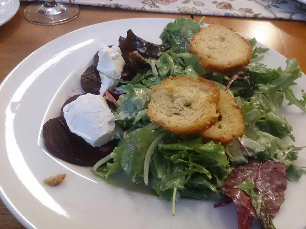 Blattsalate mit roter Beete und Ziegenfischkäse