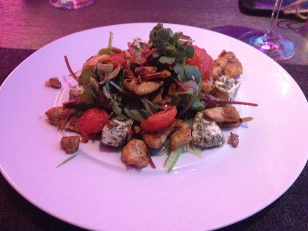 Bunter Salat mit Holunderbeeren-Joghurt-Dressing mit Currymandeln, Geflügelstreifen und Fetawürfel in Minzöl