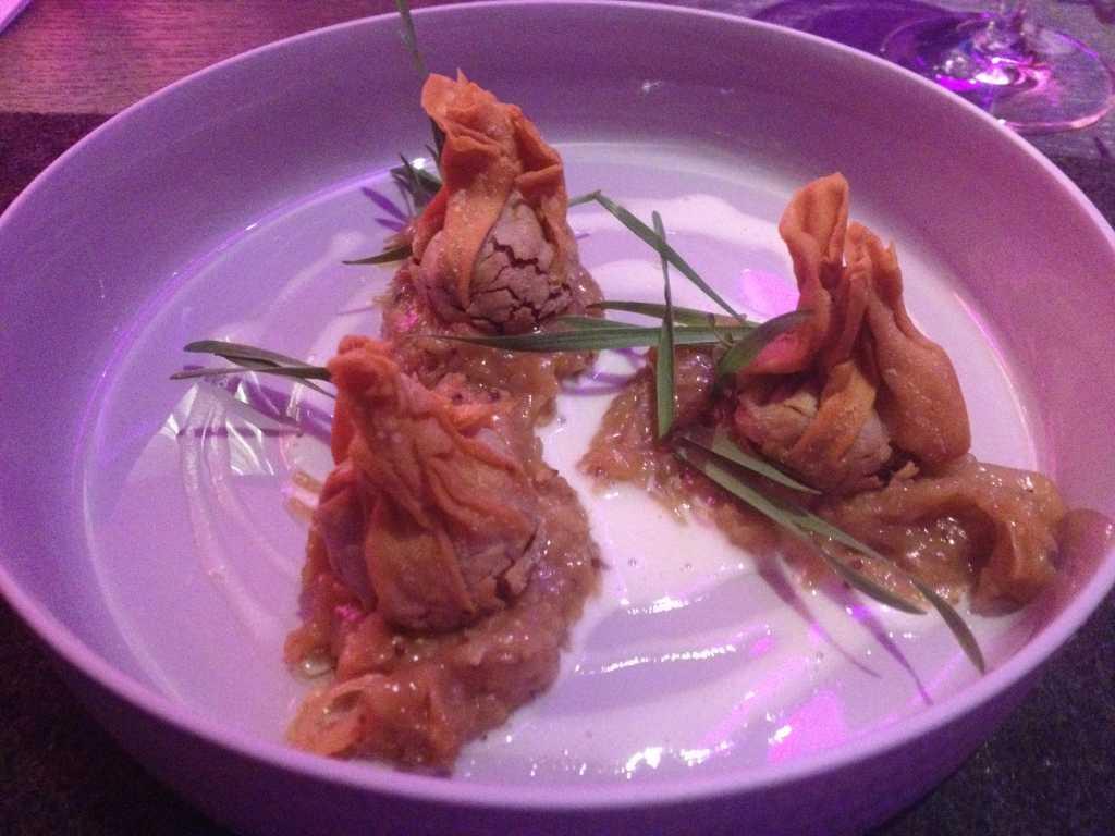 Wan-Tan mit Pfefferpotthast gefüllt an geschmortem Weißkohl
