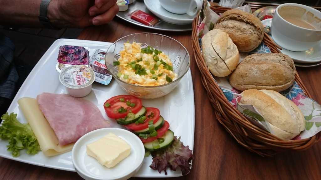 Frühstück Nr. 3 mit Brötchen für alle