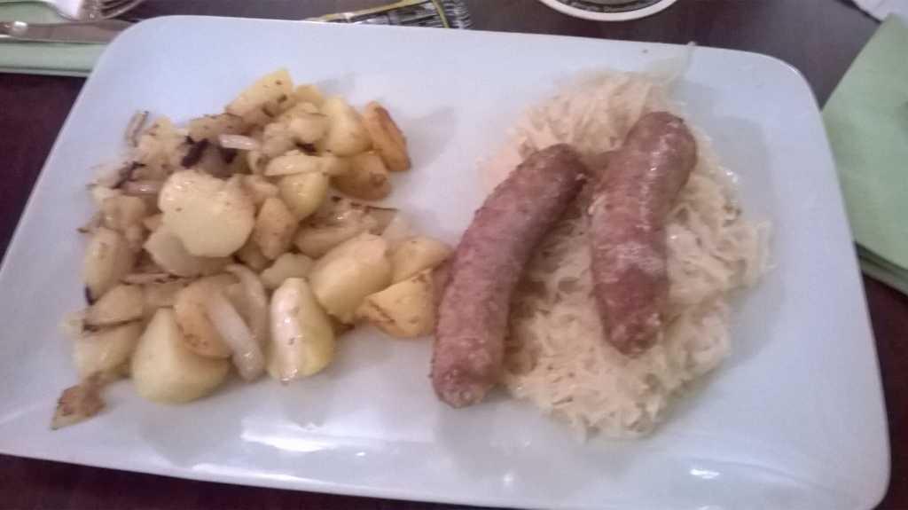 Grobe Bratwurst mit Sauerkraut und Bratkartoffeln