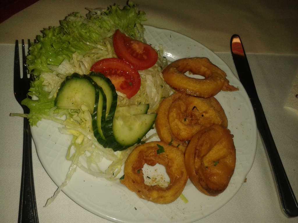 Onion Bhaji (Onion Pakora) - Zwiebelringe mariniert mit Kichererbsenmehl und frittiert für je 3,50 €